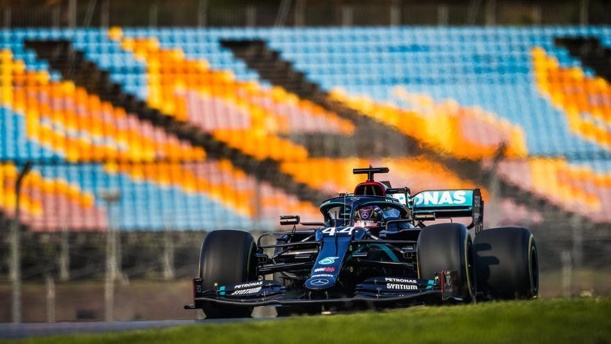 El sancionado Hamilton manda en los libres de Turquía, con Sainz séptimo y Alonso duodécimo