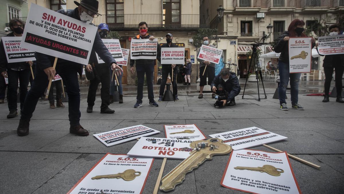 Protesta del colectivo del ocio frente al Palau de la Generalitat