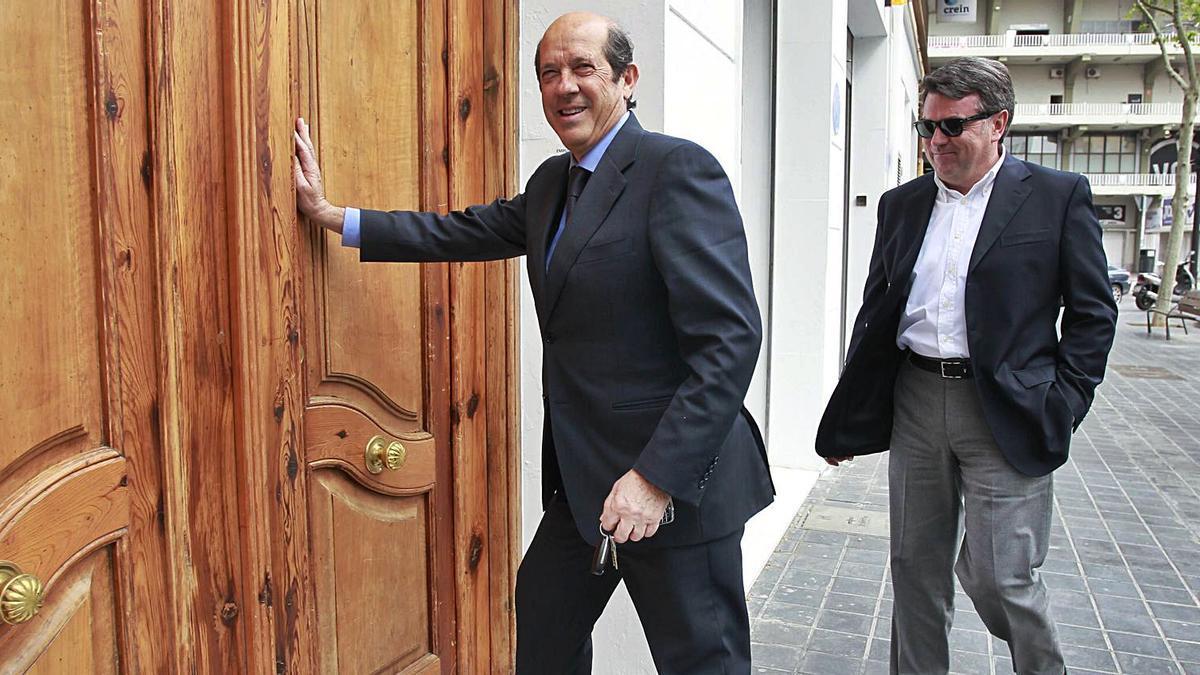 Manuel Llorente entra en la sede del Valencia CF junto a Vicente Gil, cuando aún era presidente del club, en 2013. | LEVANTE-EMV