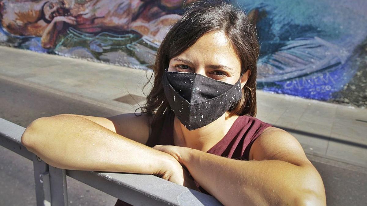 La joven artista plástica Paula Calavera frente a su creación.  | | DELIA PADRÓN