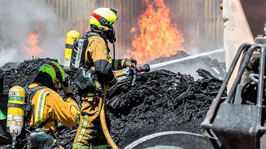 Los bomberos intervienen en un incendio forestal en Muro