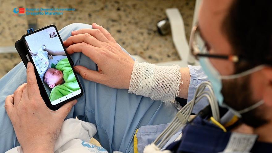 El Hospital Gregorio Marañón trasplanta un corazón a un paciente el mismo día que nace su primer hijo
