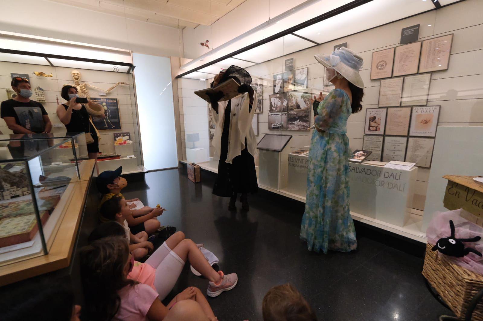 La visita «En Vadoret i el seu osset» fascina el públic de Figueres