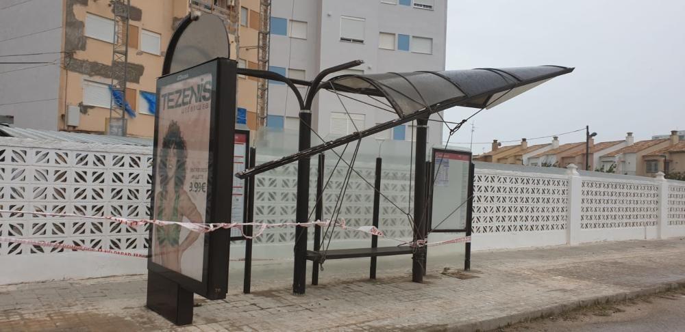 Una marquesina de autobús dañada en el Perellonet