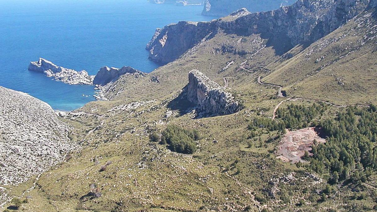 Vista del litoral de Ternelles, con Cala Castell al fondo.