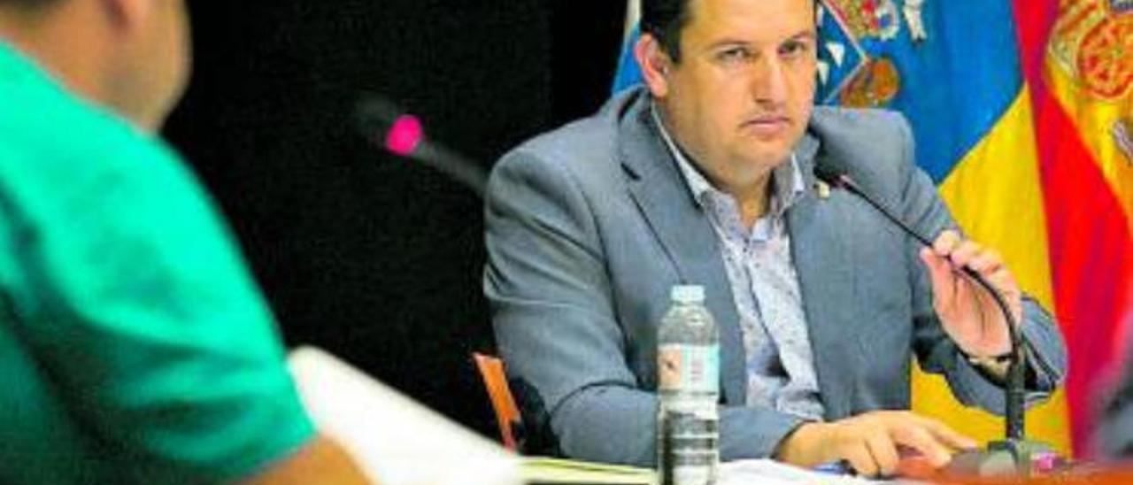 José Julián Mena, alcalde de Arona, ayer, durante el pleno.
