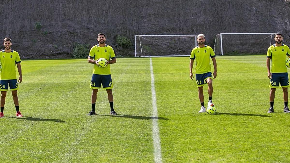 De izquierda a derecha: Fabio, Aythami, Benito y Álex Suárez, cuatro canteranos posibles titulares mañana. | | UDLASPALMAS.ES