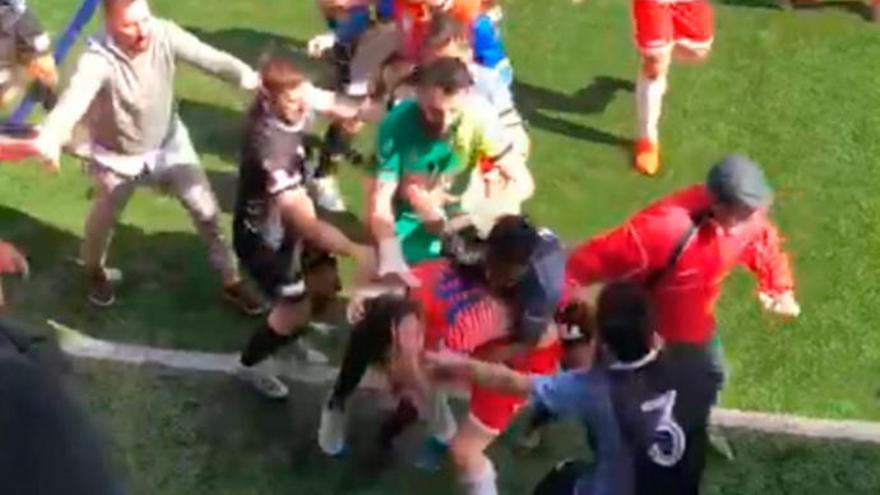 Clausurados los campos del Pumarín y del Luarca tras una pelea en mitad del partido