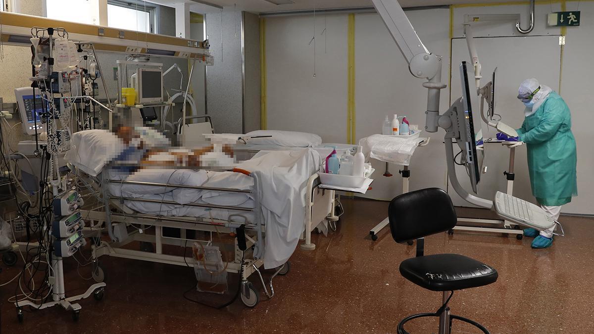 Un paciente y un sanitario, en la uci de Povisa