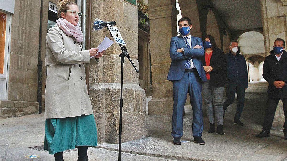 Elena Cuerda, hija de José Luis Cuerda, junto a la placa que rinde homenaje al cineasta.