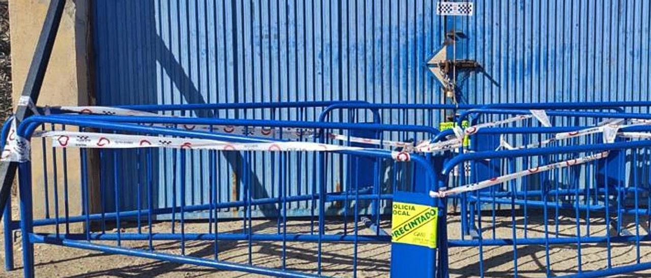 El acceso a la planta de residuos, precintado por la Policía y cerrado con vallas y cadenas.