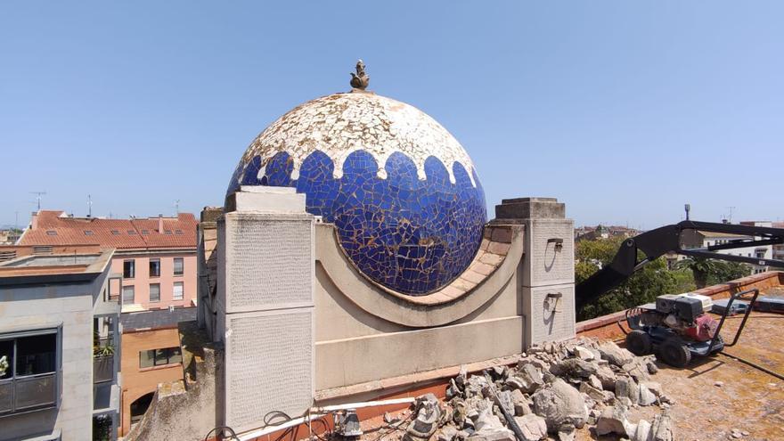 Figueres realitza tasques de manteniment de la teulada del Teatre Municipal El Jardí