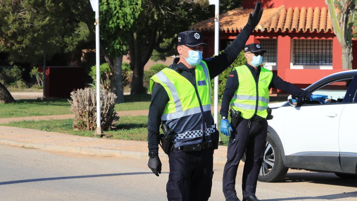 Agentes de la Policía Local de Cartagena realizan un control de tráfico
