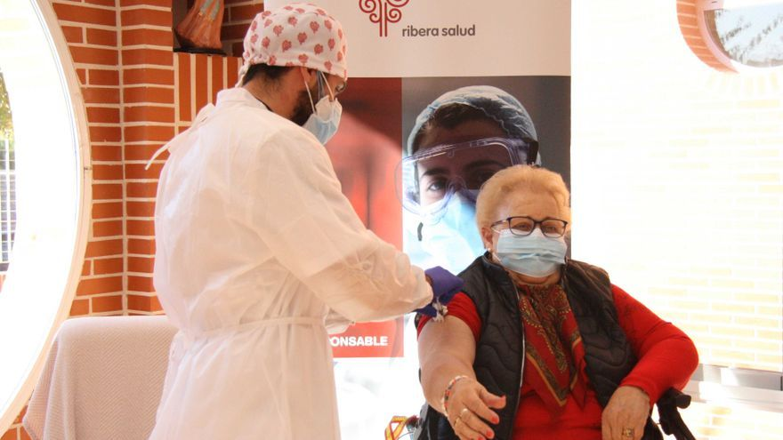 Isabel, de 85 años, primera vacunada en el Departamento de Salud de Torrevieja