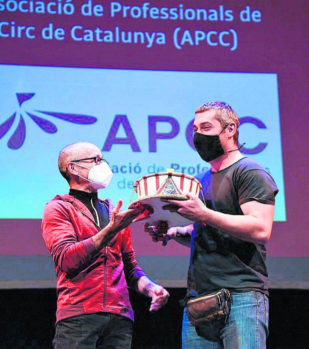 Jordi Serra va rebre el premi La Crica de mans de Javi Soler
