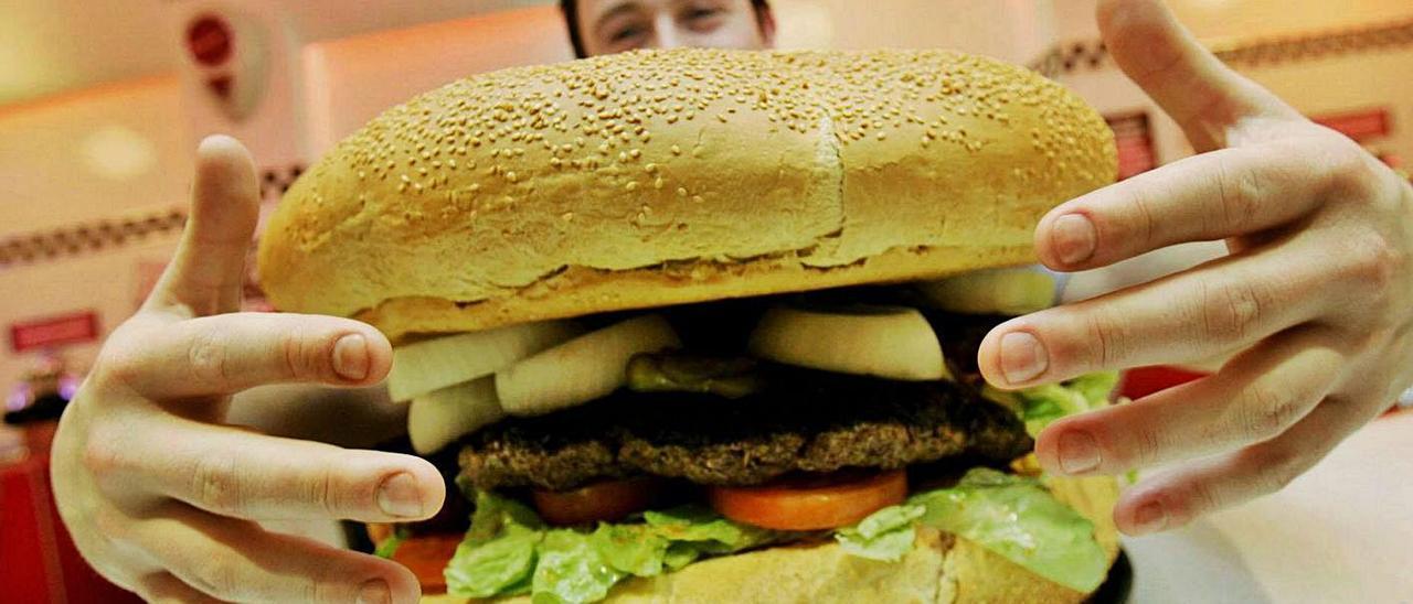 Una hamburguesa gigante en una cadena de comida rápida.