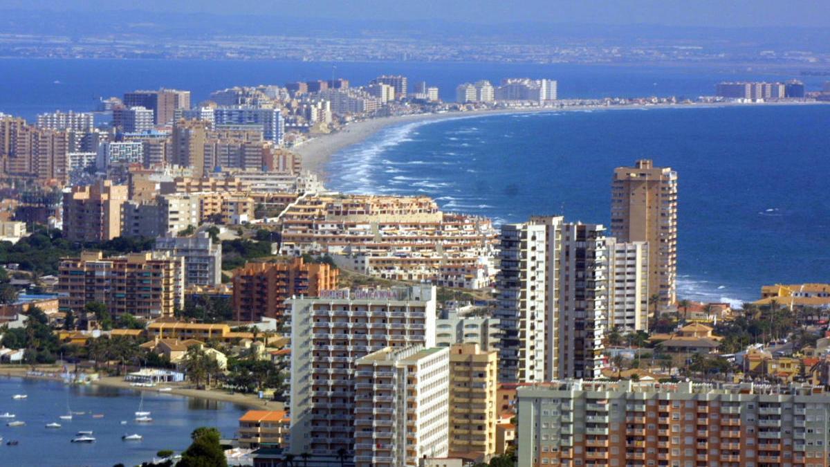 Panorámica de La Manga del Mar Menor, que pertenece a los municipios de Cartagena y San Javier.