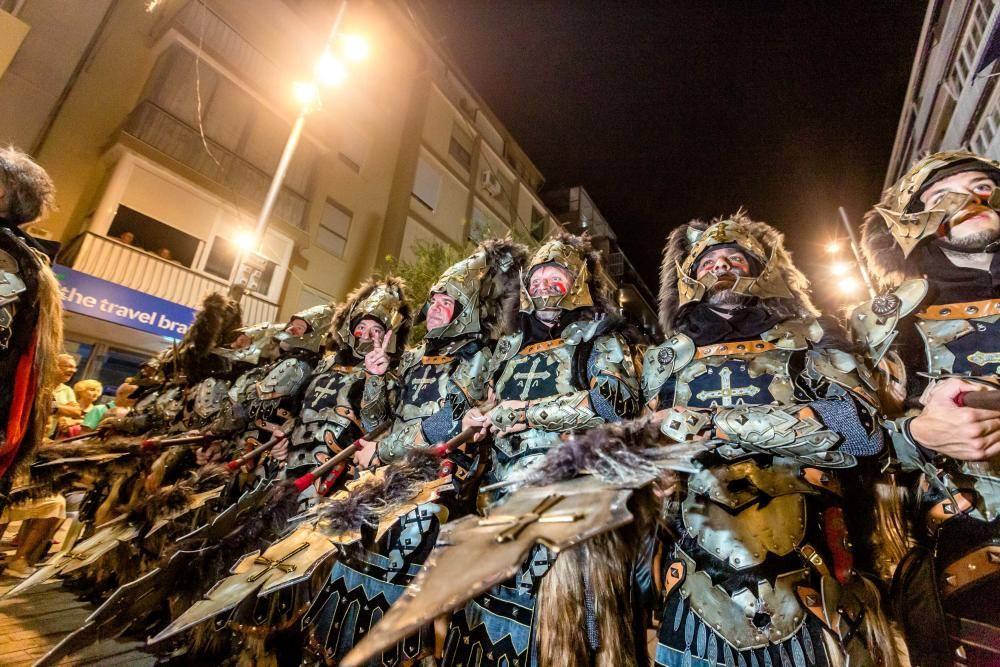 Los Moros y Cristianos hacen suyas las calles de Benidorm.