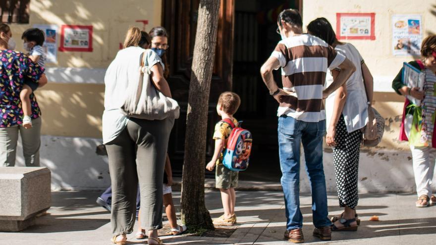 El consistorio de Mérida comienza a contactar con los 456 beneficiarios de las ayudas de material escolar