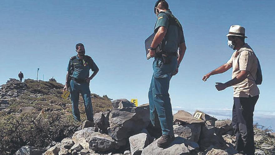 El Seprona investiga el uso de petroglifos para empedrar un camino real en Tijarafe