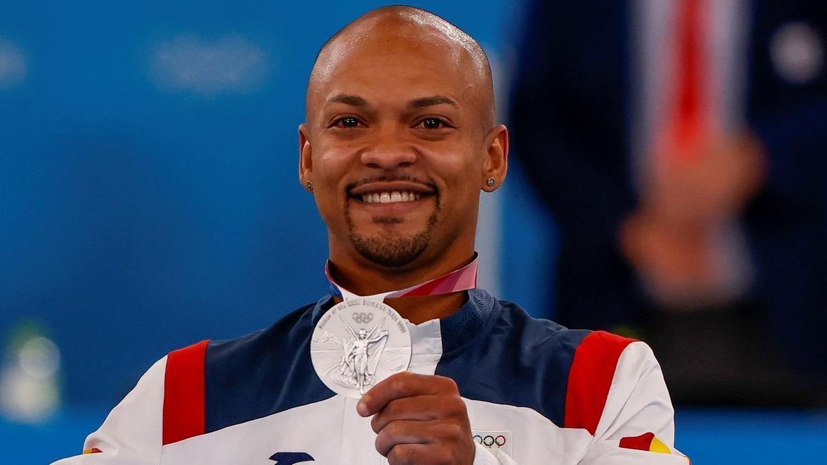 Ray Zapata con su medalla de plata.