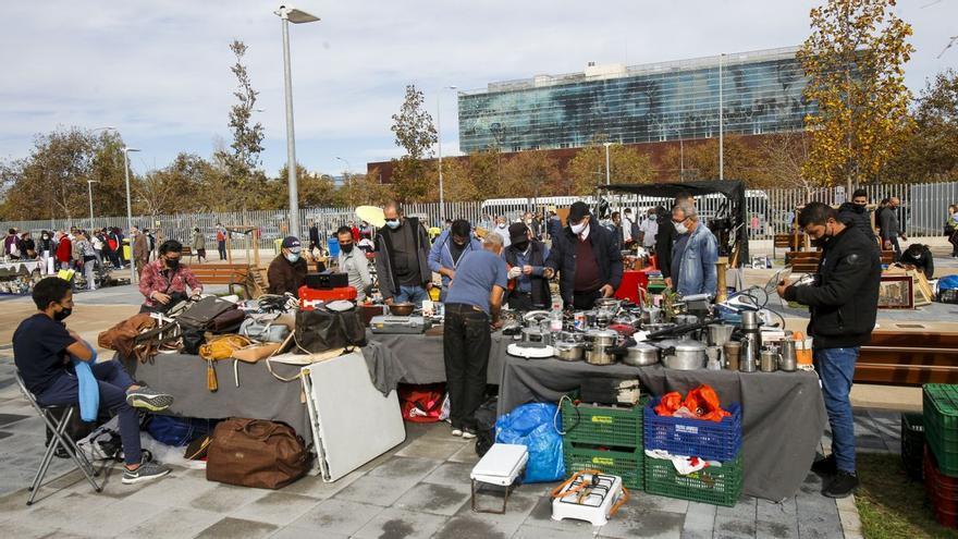 València cierra los mercadillos y el rastro