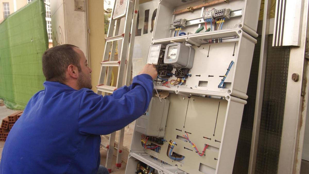Una avería deja sin luz a 364 viviendas del barrio del Guadalquivir durante 11 horas