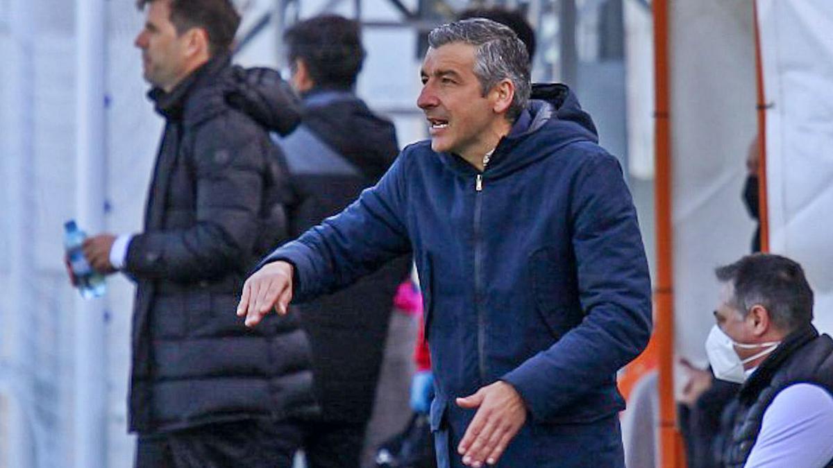 El técnico del Hércules da instrucciones ayer en El Regit; a su derecha, Albelda, entrenador rival.   LOF