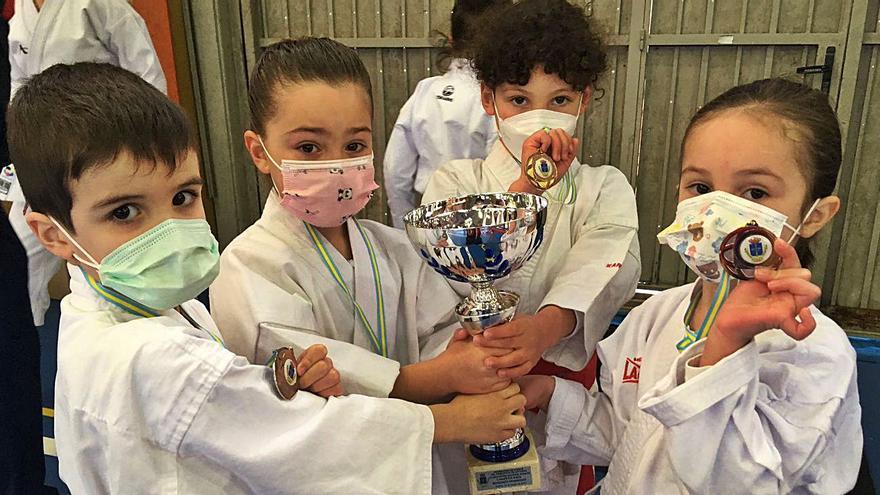Los pupilos de la escuela de kárate Joel se cuelgan siete medallas