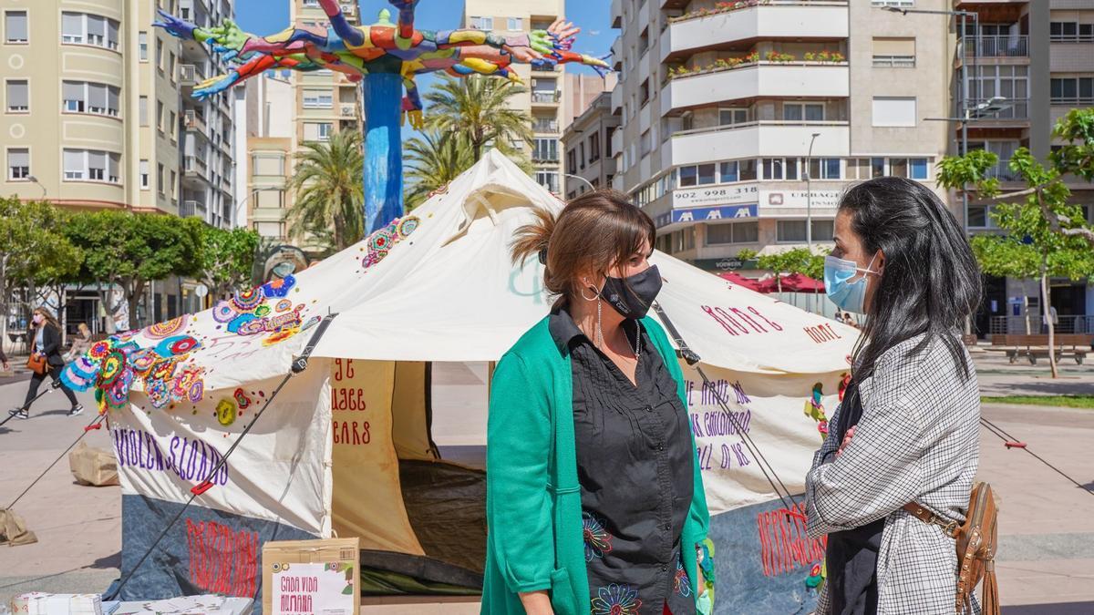 La concejala Ribera en la visita a la tienda de refugiados.