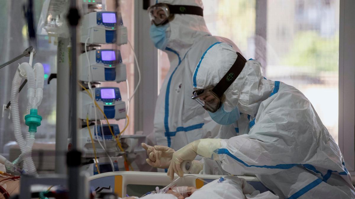 Sanitarias atienden a un paciente de UCI.