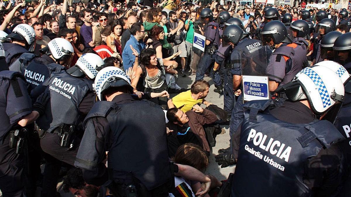 Enfrontaments entre policia i manifestants «indignats» a Barcelona, el maig del 2011 | ARXIU/ACN