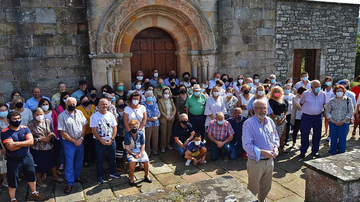 Los vecinos de Seloriu homenajean a su párroco, César Rodríguez   OLAYA PENA