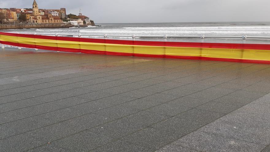 Una gran bandera de España adorna la barandilla del Muro de San Lorenzo