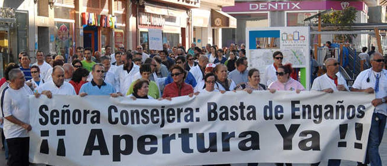 Un momento de la caminata en protesta por el cierre del centro de salud de Vecindario, a su paso por la Avenida de Canarias
