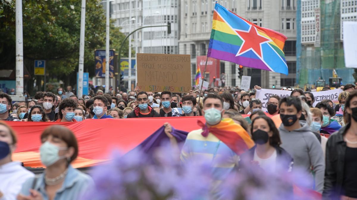 Más de mil personas marchan en A Coruña contra la LGTBIfobia.