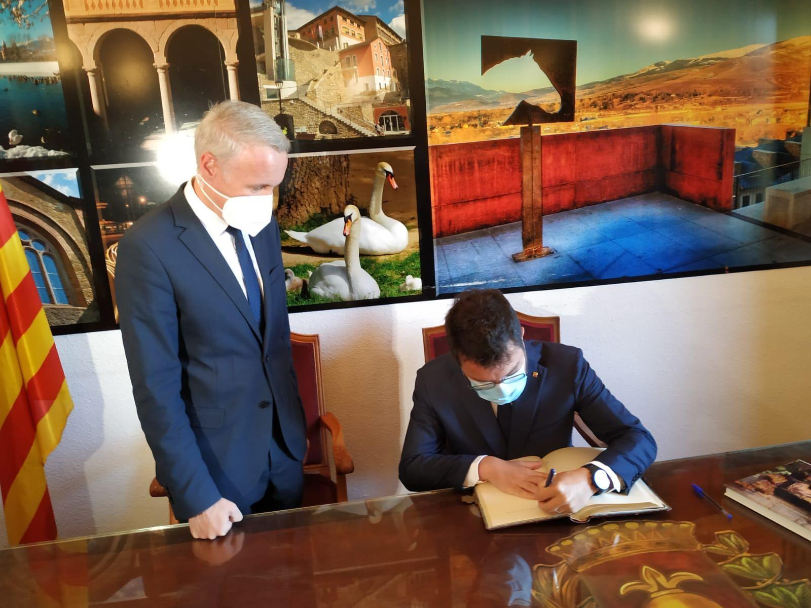 Pere Aragonès signa el llibre d'honor a Puigcerdà