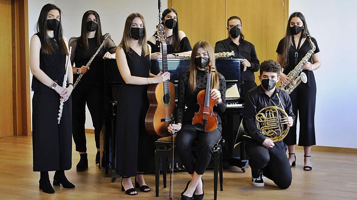Los ocho alumnos del conservatorio que acaban el Grado Profesional.     // BERNABÉ/JAVIER LALÍN