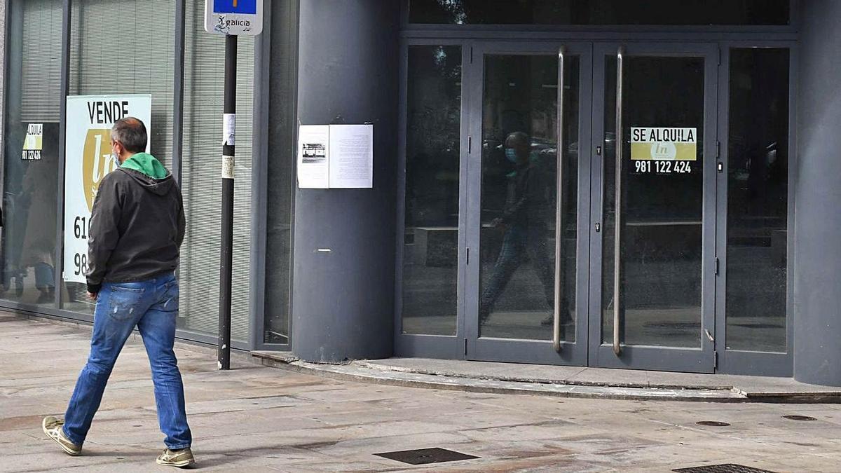 Sucursal bancaria cerrada en el centro de A Coruña.     // VÍCTOR ECHAVE
