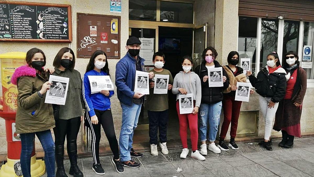 Los alumnos del CEIP Albolafia que han participado en la actividad para mantener limpias de heces la calles.