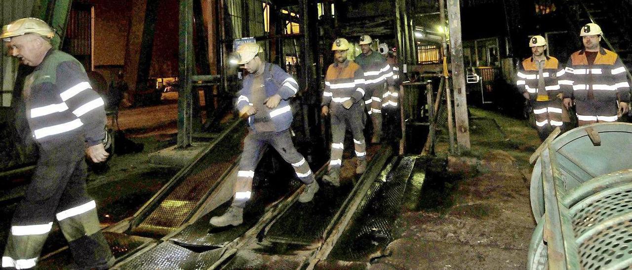 Salida de los trabajadores del penúltimo relevo de labores de extracción en Carrio, en el año 2018.