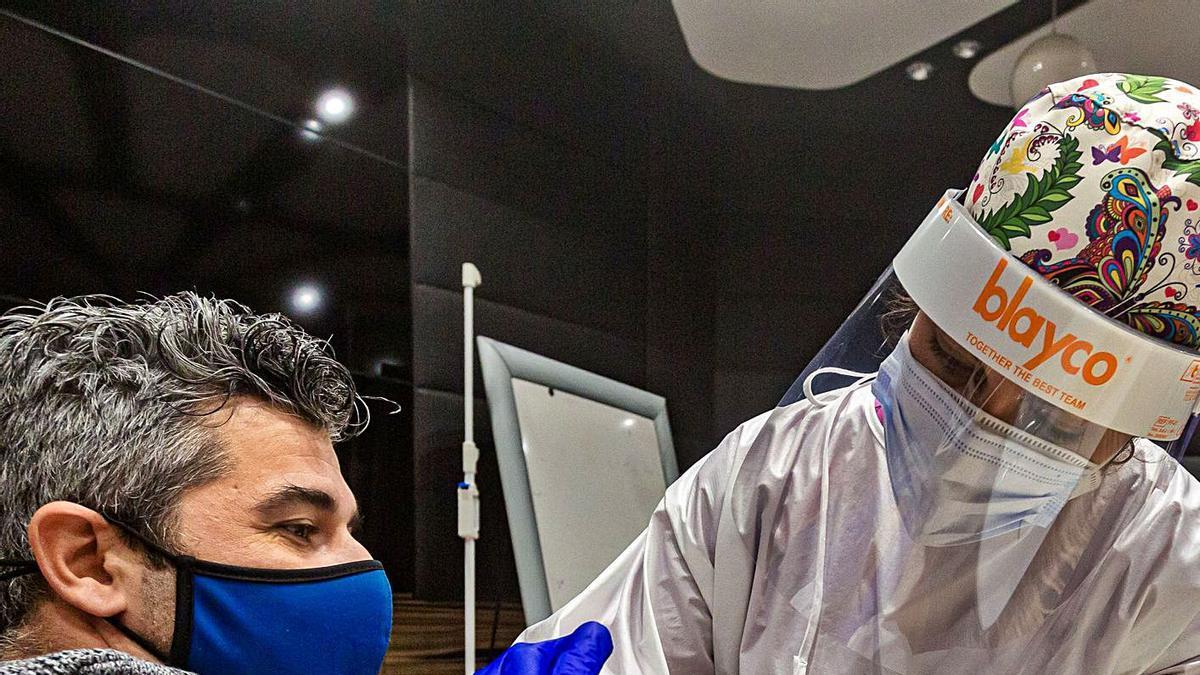 Vacunación en una clínica de la provincia de Alicante en una imagen tomada días atrás.   DAVID REVENGA