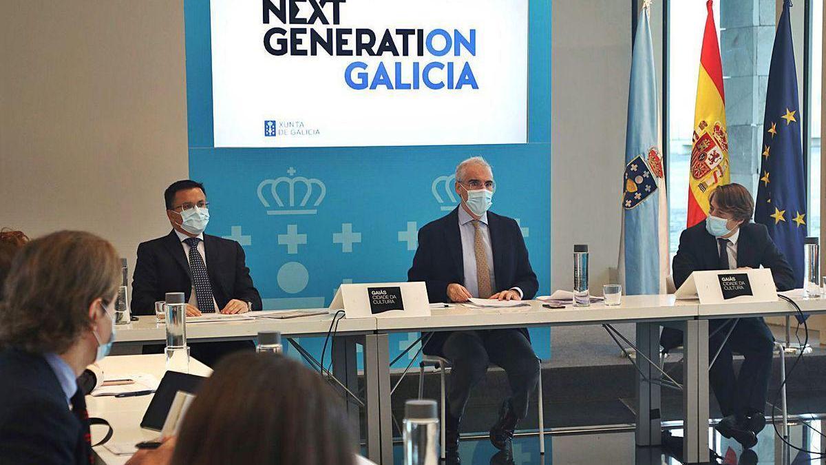 Conde, centro, y José González, a su derecha, en la reunión de la comisión 'Next Generation'.