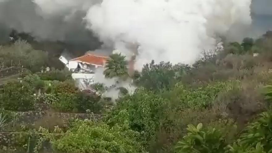 Las imágenes que muestran cómo la lava se traga una casa en La Palma