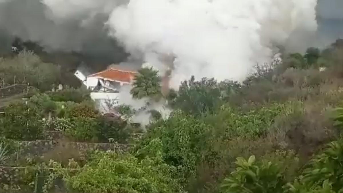 La lava derriba una casa en La Palma.