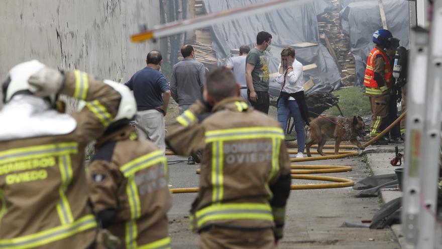El incendio del garaje de una panadería de Colloto deja tres vehículos calcinados
