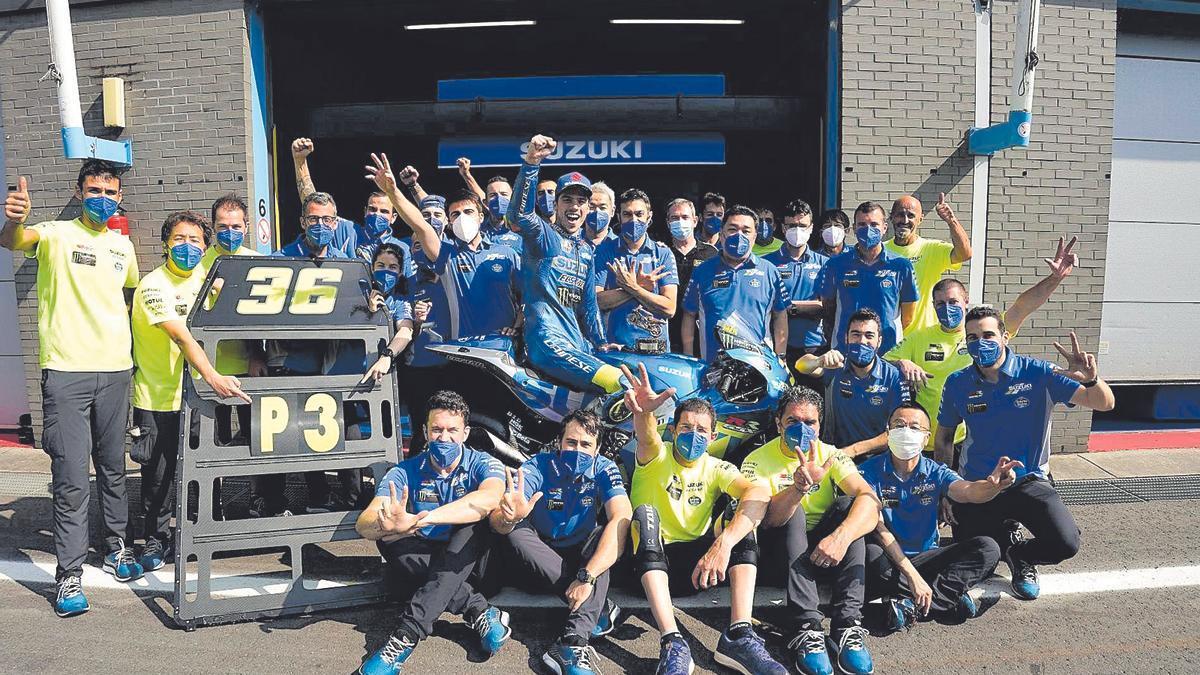 Joan Mir, en el centro de la imagen, celebra su tercer podio de la temporada junto a su equipo de técnicos y mecánicos.