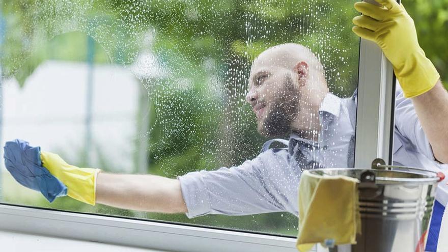 Dejarás los cristales de tu casa completamente limpios gracias a este truco de expertos en limpieza