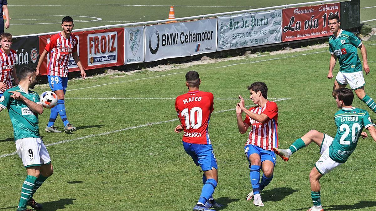 Esteban, del Coruxo, dispara a puerta para lograr el empate del Coruxo, tras una gran jugada de Silva. |  // ALBA VILLAR