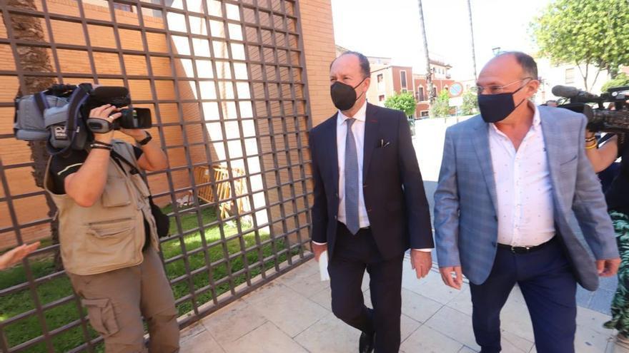 Bascuñana declara en el juzgado sobre la denuncia por cobrar sin trabajar acompañado de dos concejales